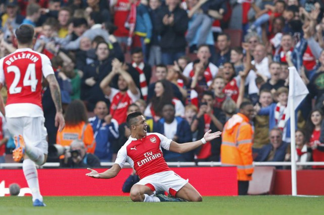 Alexis Sanchez s,est offert un douché face aux... (PHOTO CARL RECINE, REUTERS)