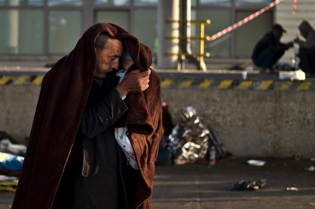 Un réfugié syrien en Autriche se protège du... (Photo Muhammed Muheisen, AP)