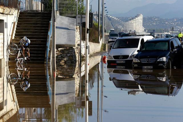 Le déluge de pluie a été «très violent... (Photo Lionel Cironneau, AP)