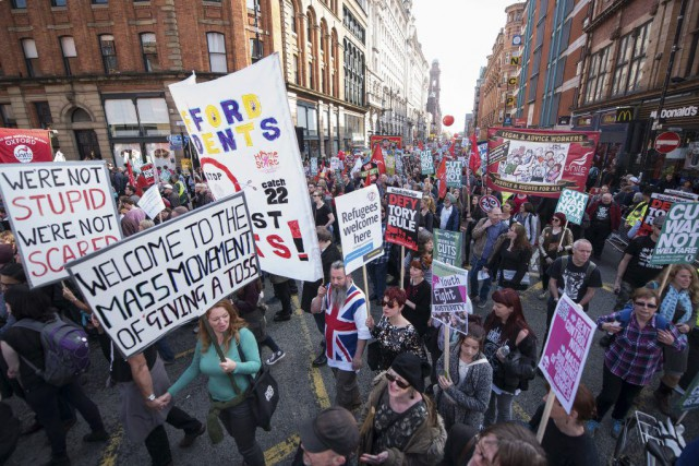 Les manifestants ont dénoncé les coupes sociales, les... (PHOTO LEON NEAL, AFP)