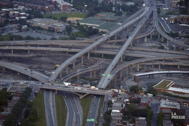 Environ 300000 véhicules circulent quotidiennement à travers l'échangeur... (PHOTO BERNARD BRAULT, LA PRESSE)