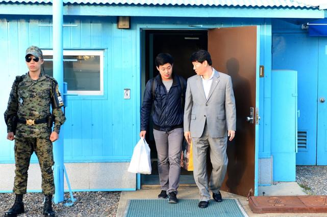 Joo Won-moon (au centre) a franchi vers 17h30... (PHOTO ARCHIVES MINISTÈRE SUD-CORÉEN DE LA RÉUNIFICATION/AFP)