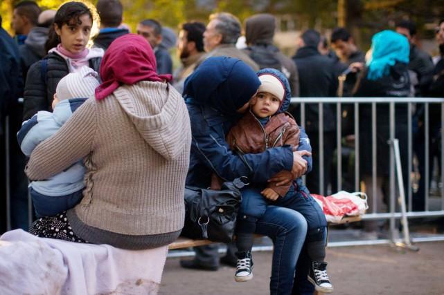Officiellement, le pays s'attend à accueillir entre 800000... (PHOTO KAY NIETFELD, ARCHIVES AFP/DPA)