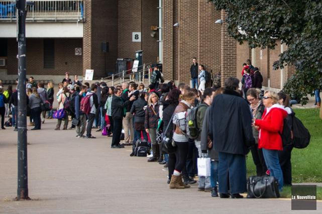 Quelque 200 participants ont formé une chaîne humaine... (Photo: Olivier Croteau, Le Nouvelliste)