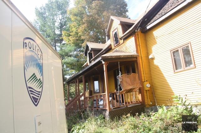 La maison incendiée dimanche après-midi, dans le Canton d'Orford, cachait... (La Tribune, Jean-François Gagnon)