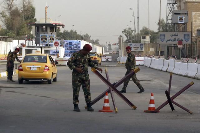 Des membres des forces de sécurité irakiens, à... (Photo AP)