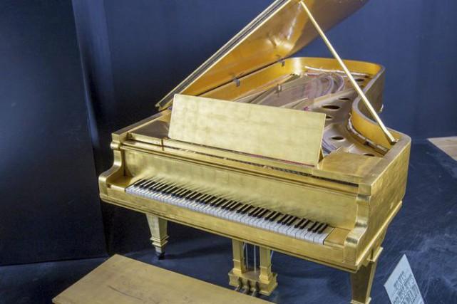 Le piano couvert à la feuille d'or d'Elvis et une peau de tambour utilisée par... (PHOTO REUTERS)