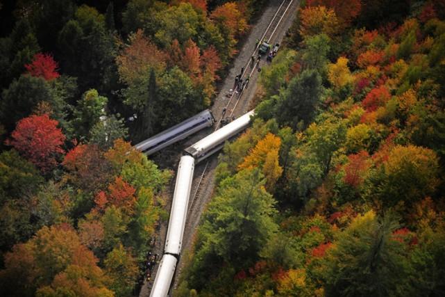 Cinq voitures du train sont sorties des rails... (PHOTO AP)