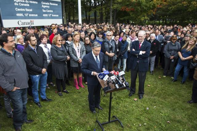 Des centaines d'employés du centre fiscal sont venus... (Photo: Olivier Croteau, Le Nouvelliste)