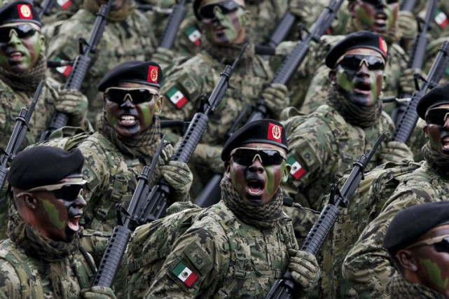 Des soldats mexicains paradent lors d'une fête nationale... (PHOTO AP)
