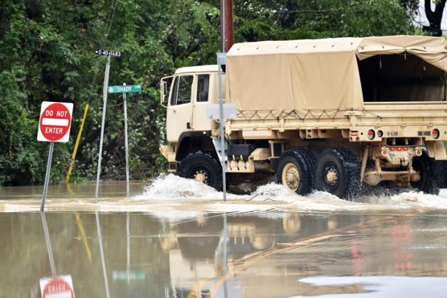 Un camion de la Garde nationale inspectait l'une... (PHOTO AP)
