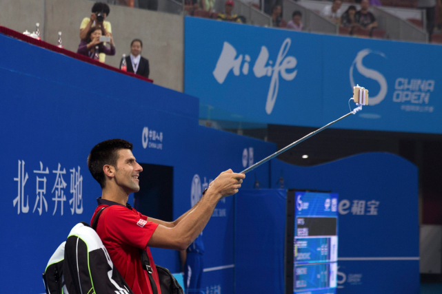 Novak Djokovic s'est amusé à se prendre en... (Photo Andy Wong, AP)