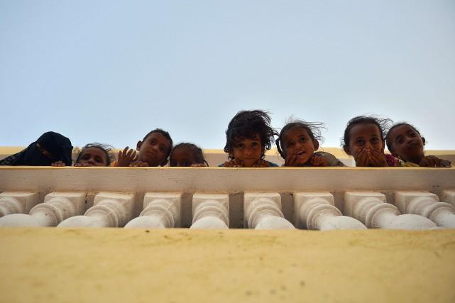 Des enfants yéménites de le camp de réfugiés... (Photo TONY KARUMBA, AFP)