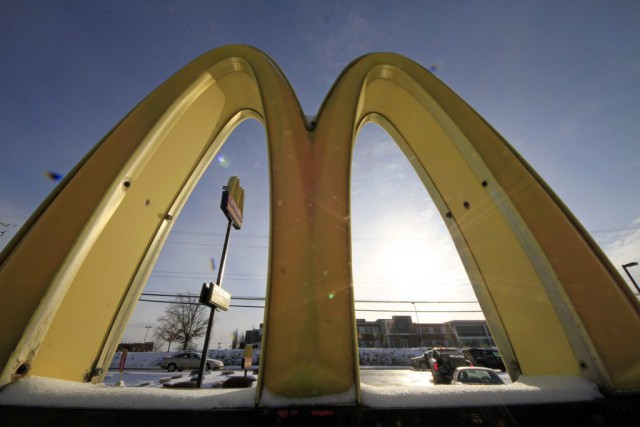 Jusqu'à présent, les restaurants McDonald's arrêtaient de servir... (PHOTO GENE J. PUSKAR, LA PRESSE CANADIENNE)