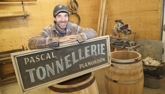 Pascal Plamondon pratique un vieux métier, la tonnellerie.... (photos Janick Marois)