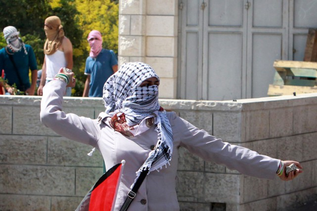 À Bethléem, une centaine de jeunes masqués et... (PHOTO AFP)