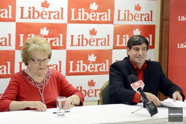 L'ex-conseillère Marina Larouche a manifesté son appui au... (Photo Le Quotidien, Jeannot Lévesque)