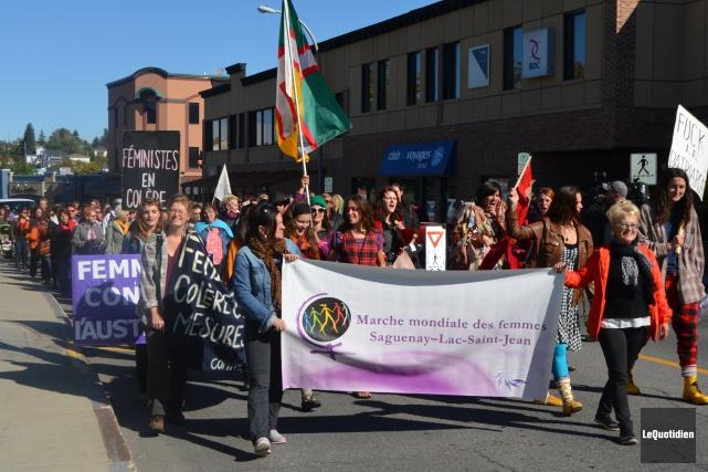 Plus d'une centaine de personnes ont marché dans... (Photo Le Quotidien, Laura Lévesque)