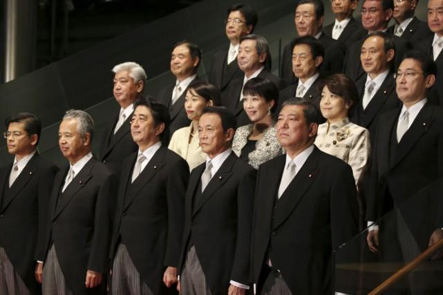 Le premier ministre n'a nommé que trois femmes... (Photo Koji Sasahara, AP)