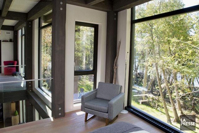 De multiples fenêtres permettent d'admirer la nature. À... (PHOTO ALAIN ROBERGE, LA PRESSE)