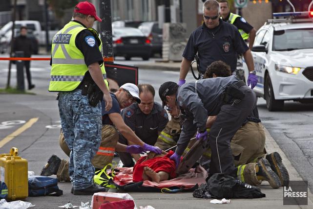 L'étudiant a été transporté à l'hôpital où il... (Photo Patrick SANFAÇON, La Presse)