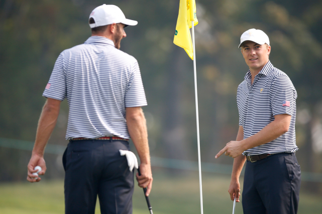 Dustin Johnson et Jordan Spieth, de l'équipe américaine,... (Photo Lee Jin-man, AP)