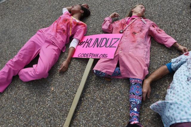 Vêtus de sarraus ensanglantés, des manifestants se sont... (AFP, Mandel Ngan)