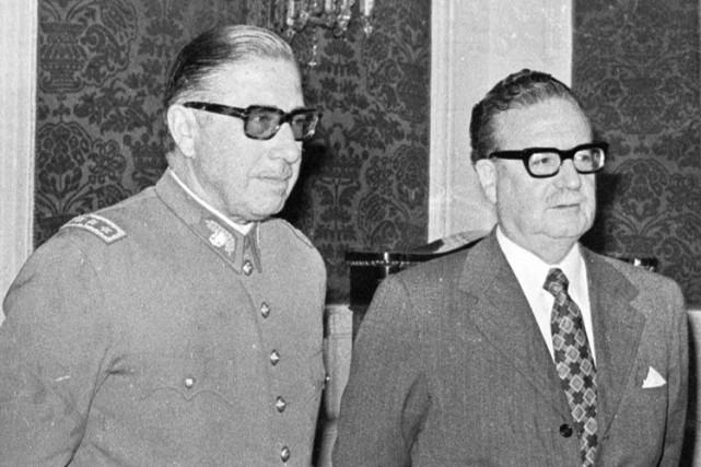 Augusto Pinochet et Salvador Allende, quelques semaines avant... (ARCHIVES AP)