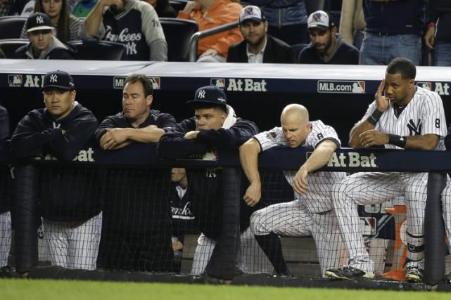 Les visages en disaient long dans l'abri des Yankees de New York en neuvième... (PHOTO AP)