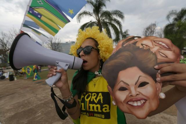 Une manifestante crie des slogans anti-Rousseff devant le...