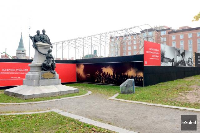 Des panneaux ornés de photos du Manège militaire... (Le Soleil, Erick Labbé)