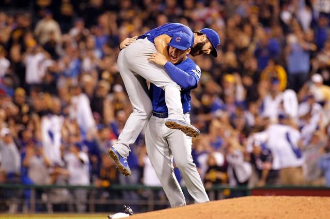 Jake Arietta est soulevé par Anthony Rizzo après... (AFP, Justin K. Aller)