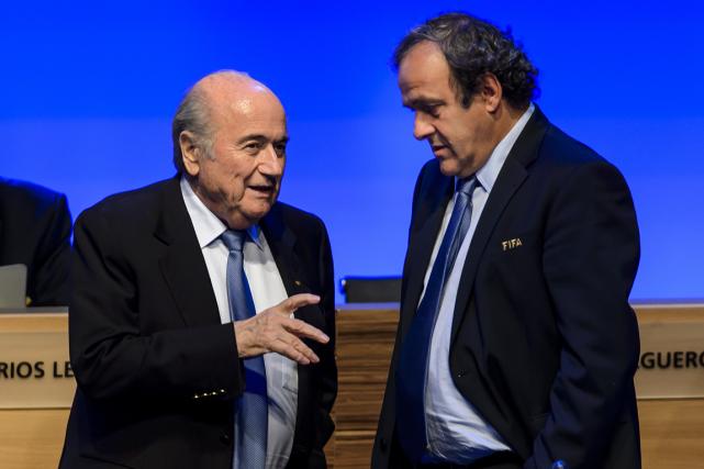 Joseph Blatter,président démissionnaire de la FIFA, etMichel Platini,... (Photo Fabrice Coffrini, archives AFP)