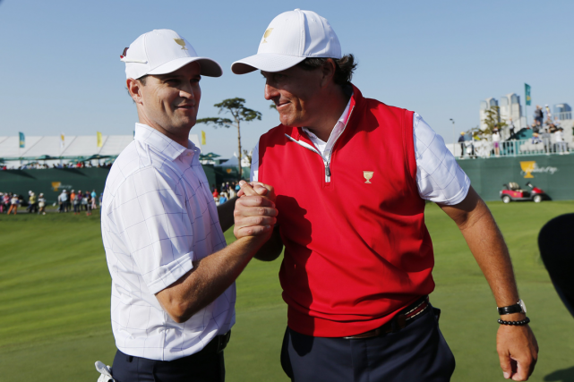 Le duo de Zach Johnson et Phil Mickelson,... (Photo Woohae Cho, AP)
