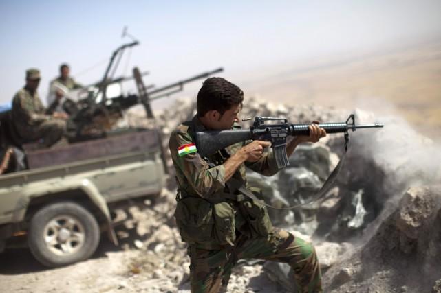 Des combattants peshmergas affrontent des éléments de l'EI,... (PHOTO JM LOPEZ, ARCHIVES AFP)