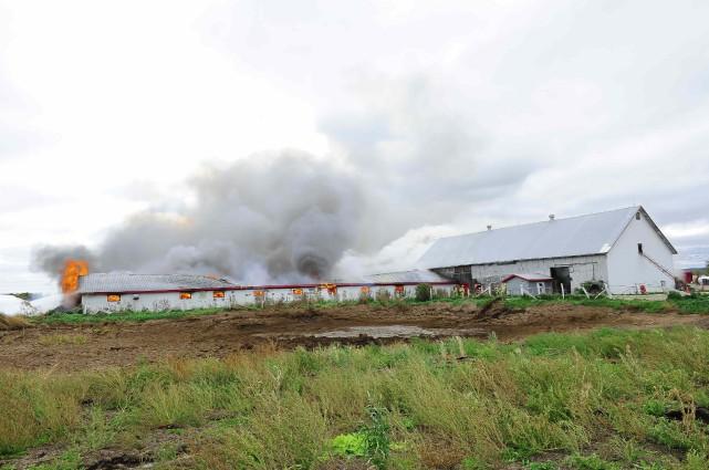 L'incendie a éclaté aux alentours de 11h, dans... (Photo Gimmy Desbiens)