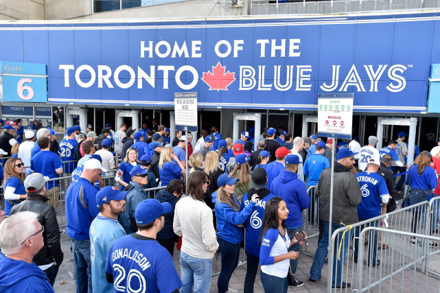 Les partisans des Blue Jays arrivent au Rogers Centre... (Photo Nathan Denette, PC)