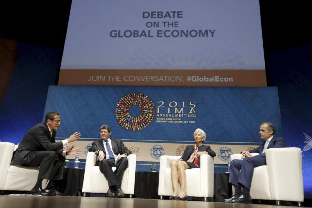 Le modérateur Richard Quest, le ministre brésilien des... (Photo Guadalupe Pardo, Reuters)