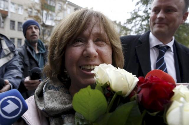 L'écrivaine et journaliste Svetlana Alexievitch à sa sortie... (Agence France-Presse)