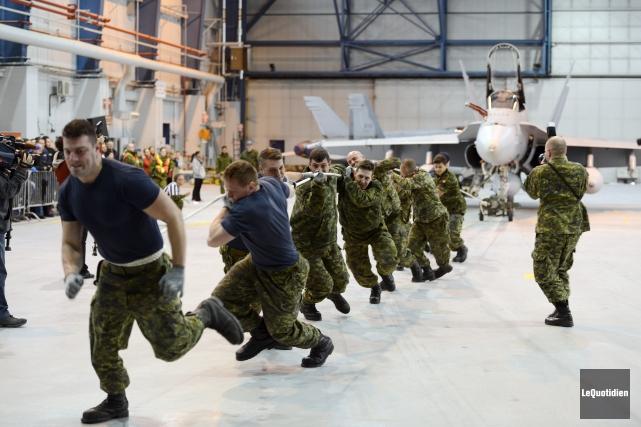 Les équipes devaient faire avancer l'avion, qui pèse... ((Photo Le Quotidien-Rocket Lavoie))
