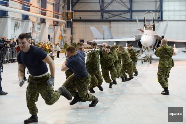 Les équipes devaient faire avancer l'avion, qui pèse... (Photo Le Quotidien, Jeannot Lévesque)