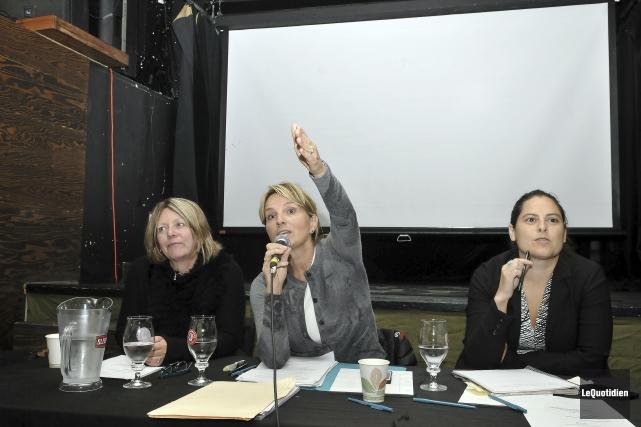 La conseillère municipale Josée Néron (au centre) a... (Photo Le Quotidien, Rocket Lavoie)