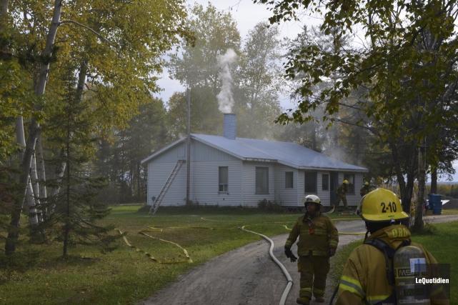 Les pompiers ont éteint rapidement le brasier qui... (Photo Le Quotidien, Louis Potvin)