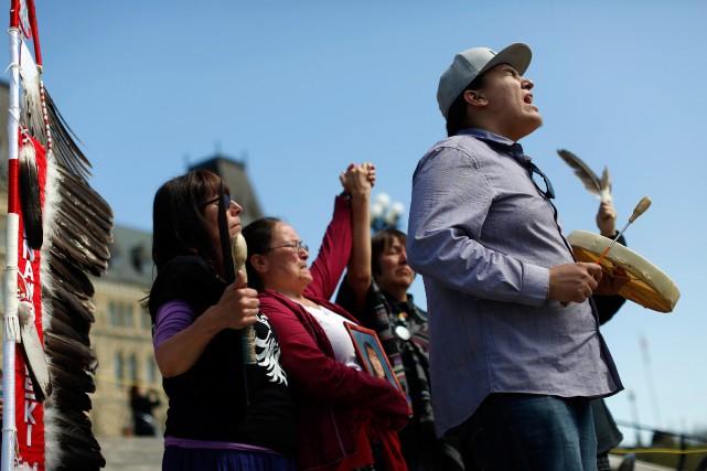 Des autochtones ont manifesté devant le parlement d'Ottawa... (PHOTO CHRIS WATTIE, ARCHIVES REUTERS)