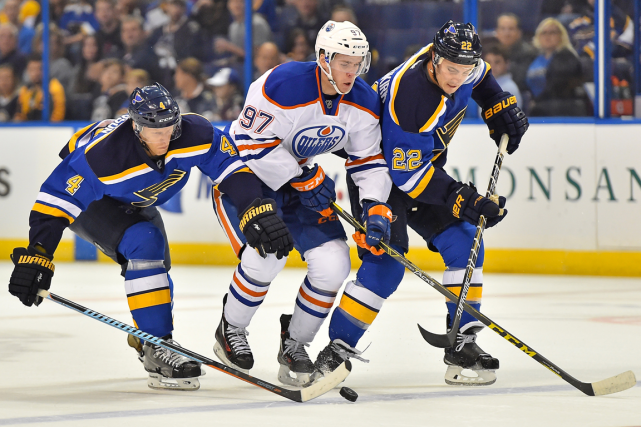 Connor McDavid (au centre) était surveillé de près... (Photo Jasen Vinlove, USA Today)