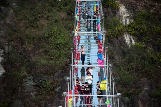 Le pont a été posé dans les montagnes... (PHOTO JOHANNES EISELE, AFP)
