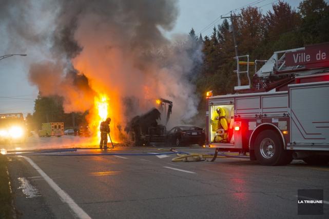 Un accident entre une voiture et un véhicule récréatif a entraîné l'incendie de... (Imacom, Julien Chamberland)