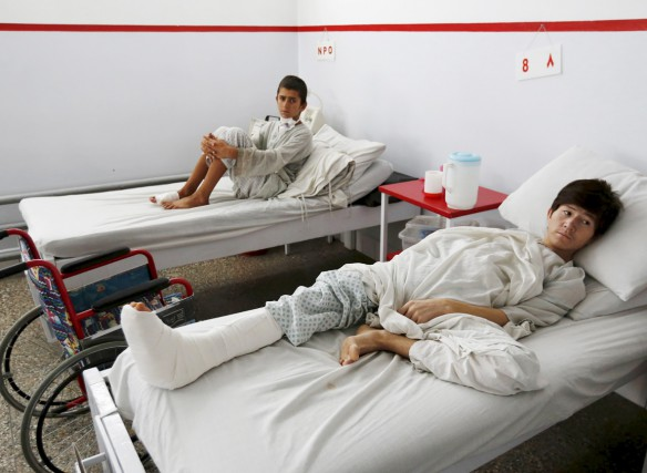 Ces jeunes patients afghans ont survécu aux raids... (PHOTO MOHAMMAD ISMAIL, REUTERS)