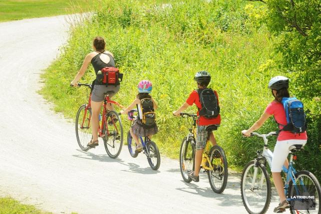 Les cyclistes qui portent un casque réduisent de près de 60% le risque de... (PHOTO ARCHIVES LA TRIBUNE)