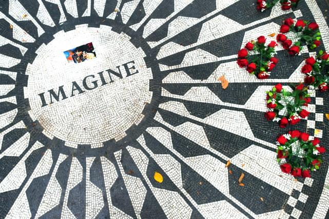 Des fleurs ont été placées sur la plaque... (AFP, Timothy A. Clary)